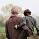 vader en zoon met de rug naar de camera